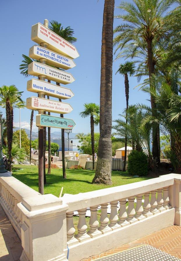 Bei porti con molti yacht nel Monaco e giardini pieni dei fiori fotografia stock libera da diritti