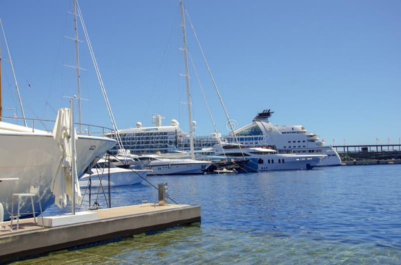 Bei porti con molti yacht nel Monaco e giardini pieni dei fiori fotografie stock libere da diritti