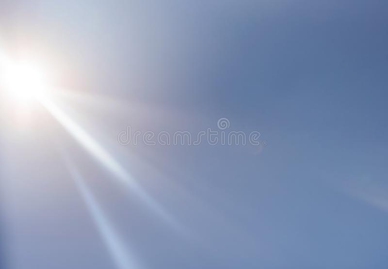 Bei punti culminanti e raggi del sole sul cielo caldo immagini stock