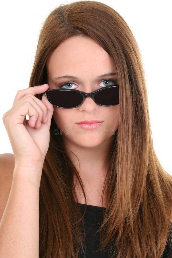 Bei quattordici anni in occhiali da sole neri fotografia stock libera da diritti