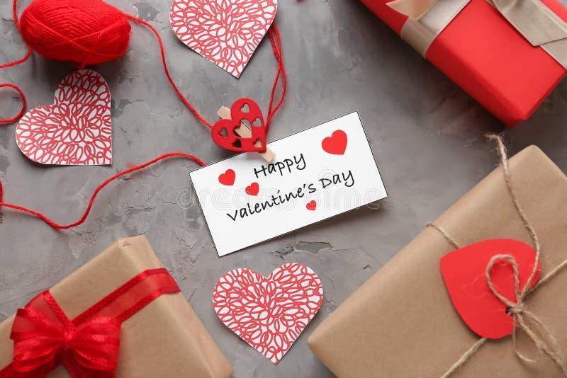 Bei regali con i cuori e carta sulla tavola grigia Celebrazione di giorno di biglietti di S. Valentino fotografie stock
