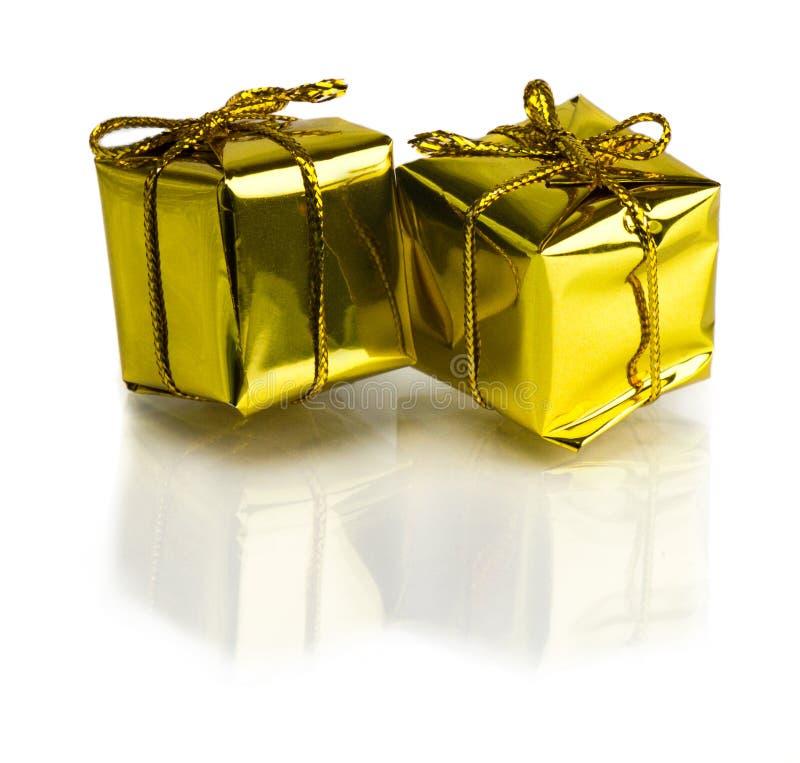 Bei regali di Natale isolati su fondo bianco fotografie stock libere da diritti