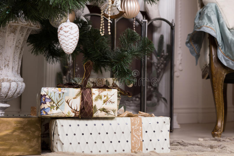 Bei regali di Natale sotto l'albero di Natale immagine stock