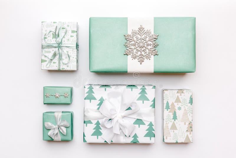 Bei regali nordici di natale isolati su fondo bianco Scatole avvolte di natale colorate turchese Spostamento di regalo fotografia stock libera da diritti