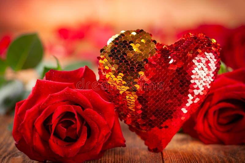 Bei rose rosse e cuore fotografie stock