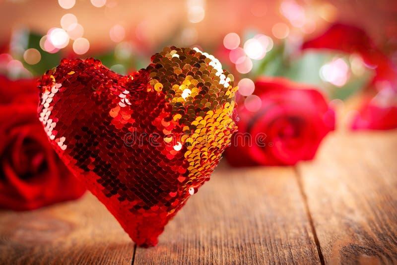 Bei rose rosse e cuore per la festa immagini stock libere da diritti