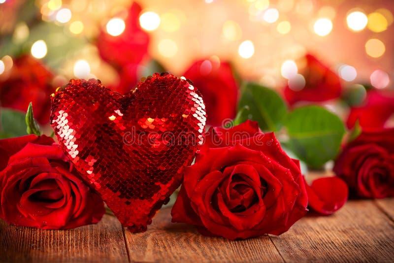 Bei rose rosse e cuore per la festa fotografia stock libera da diritti