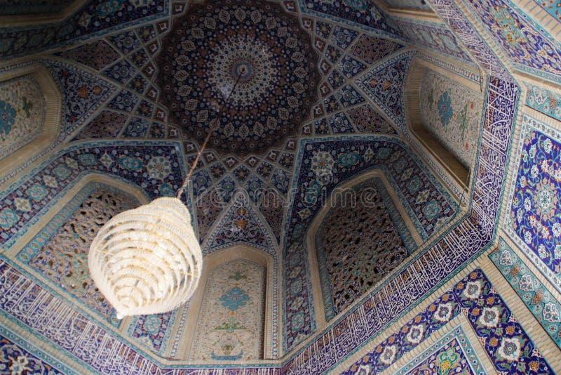Bei soffitti decorati blu tradizionali delle moschee dell'Iran con un candeliere ricco immagine stock libera da diritti