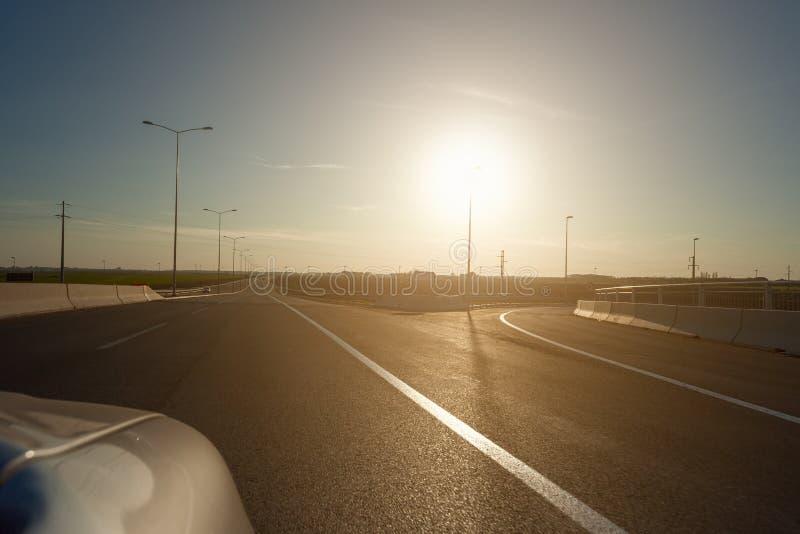 Bei Sonnenuntergang auf der Autobahn fahren stockfotos