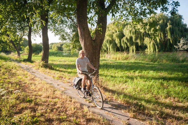 Bei Sonnenuntergang nach Hause radfahren stockfotos