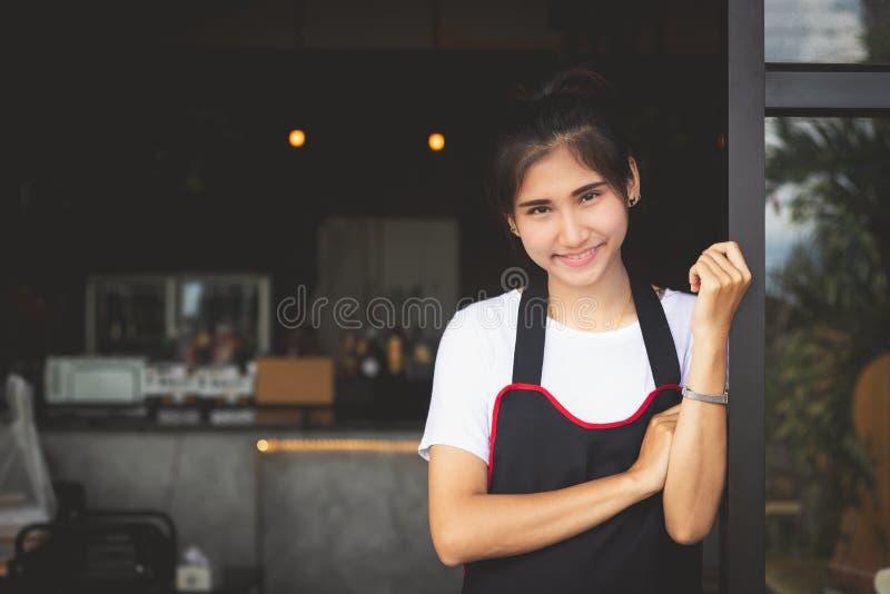 Bei sorrisi della donna che posano con felice fotografia stock