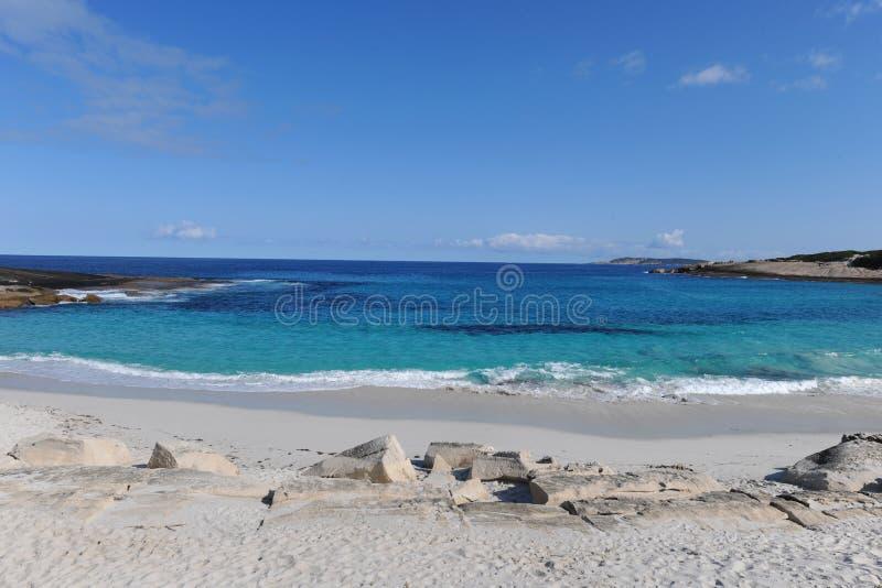 Bei spiaggia di sabbia, mare del turchese e cielo blu bianchi fotografia stock
