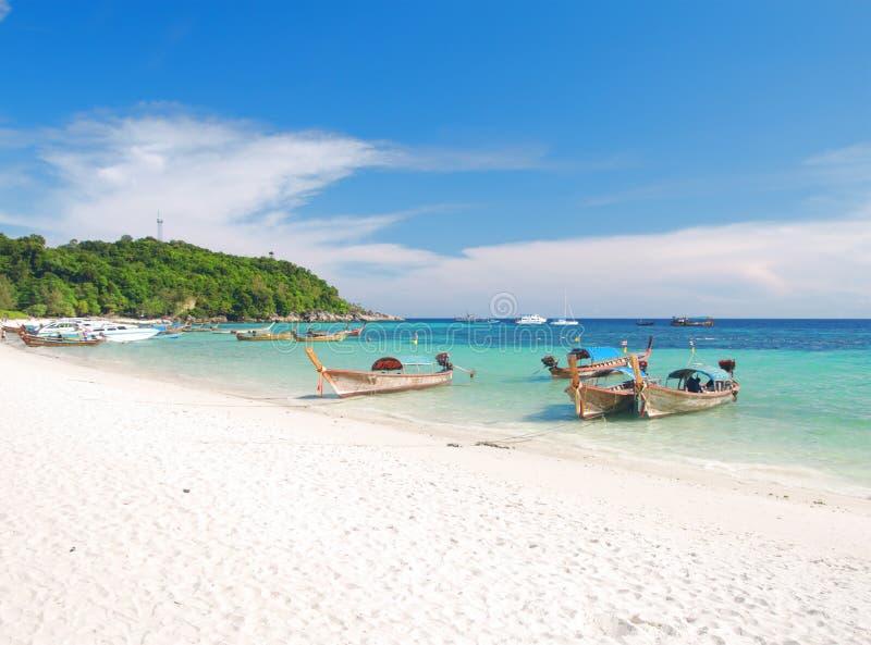 Bei spiaggia e mare con la barca del longtail su KOH fotografie stock libere da diritti