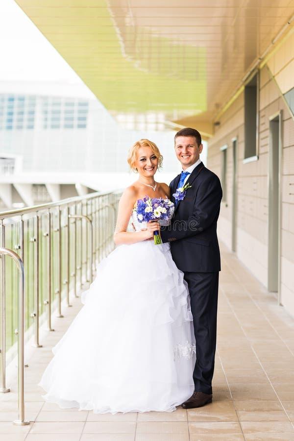 Bei sposa e sposo felici alla moda, celebrazioni di nozze all'aperto immagine stock libera da diritti