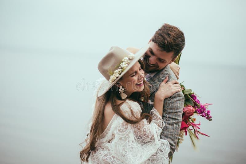 bei sposa e sposo felici nella risata di stile di boho fotografie stock