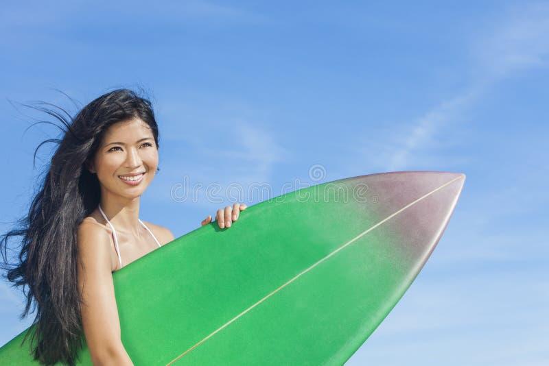 Bei surfista della ragazza della donna del bikini & spiaggia del surf immagine stock libera da diritti