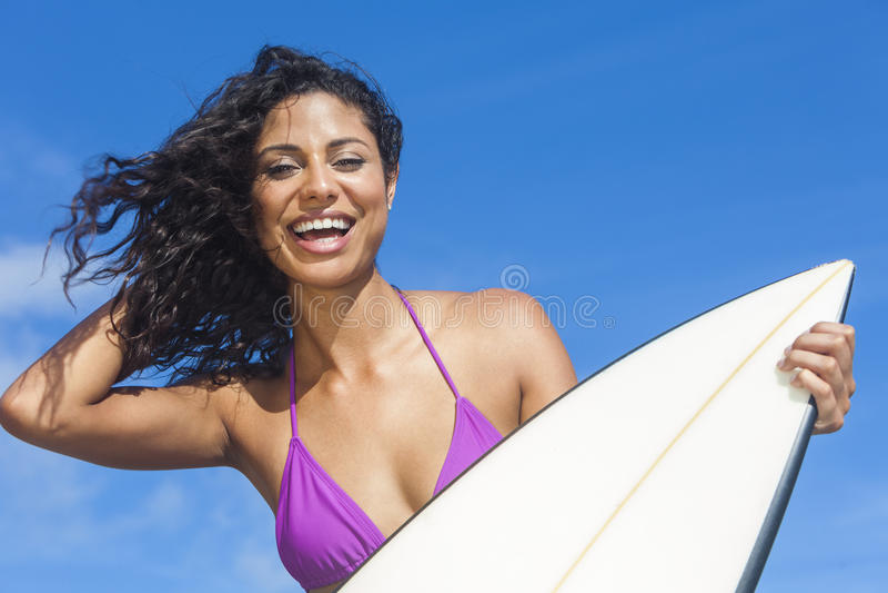 Bei surfista della ragazza della donna del bikini & spiaggia del surf immagini stock libere da diritti