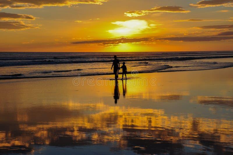 Bei tramonti del EL Cuco, El Salvador di Playa immagini stock