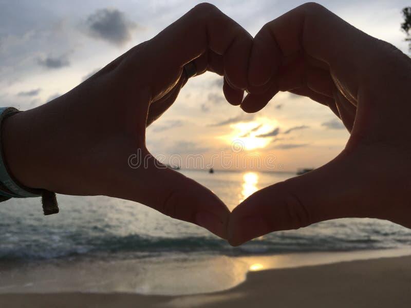 Bei tramonti di amore su Koh Tao fotografie stock libere da diritti