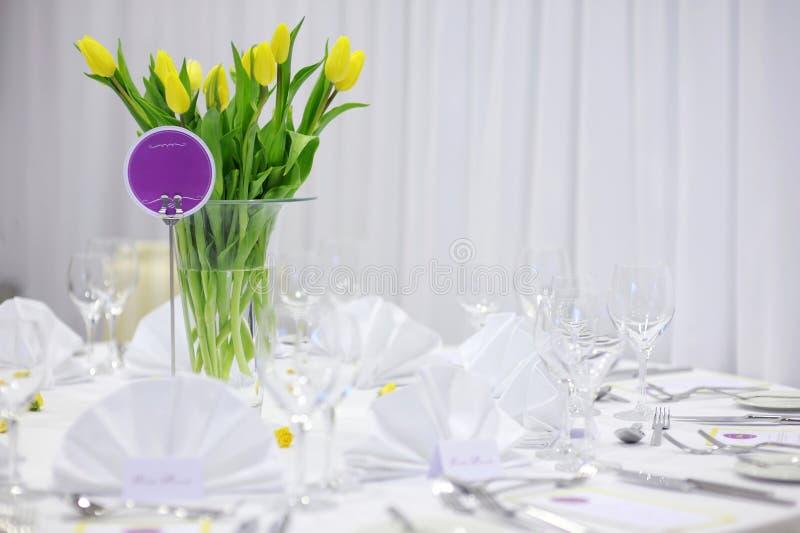 Bei tulipani gialli su una tabella festiva fotografia stock
