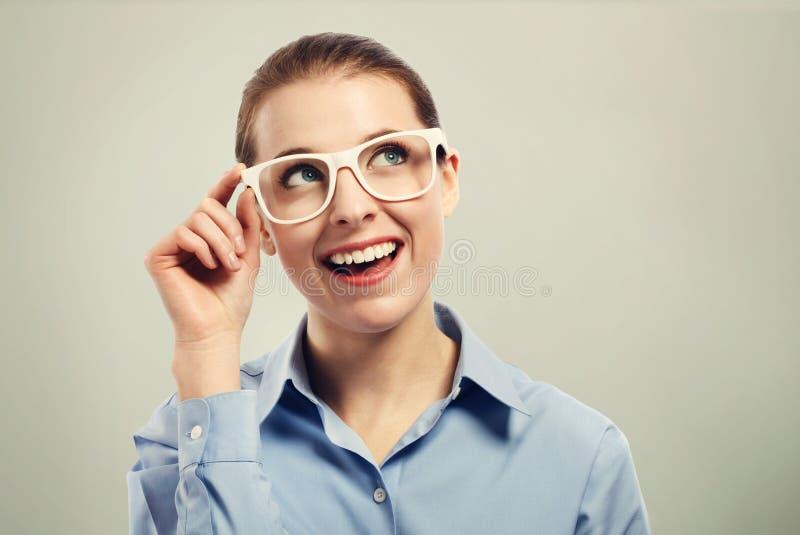 Bei vetri bianchi d'uso dell'occhio della donna di affari fotografia stock