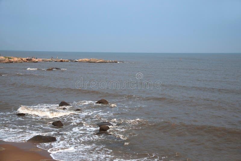 Beidaihe-Strand und Küstenriffwellen stockbild