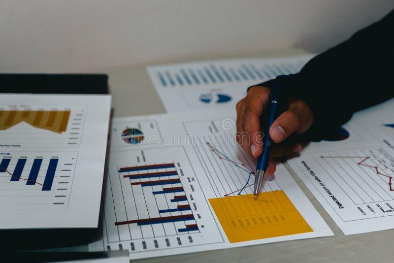 Beide accountants hebben de financiën van het bedrijf gecontroleerd Het werk en de winst van het bedrijf hebben gecontroleerd te  royalty-vrije stock afbeelding