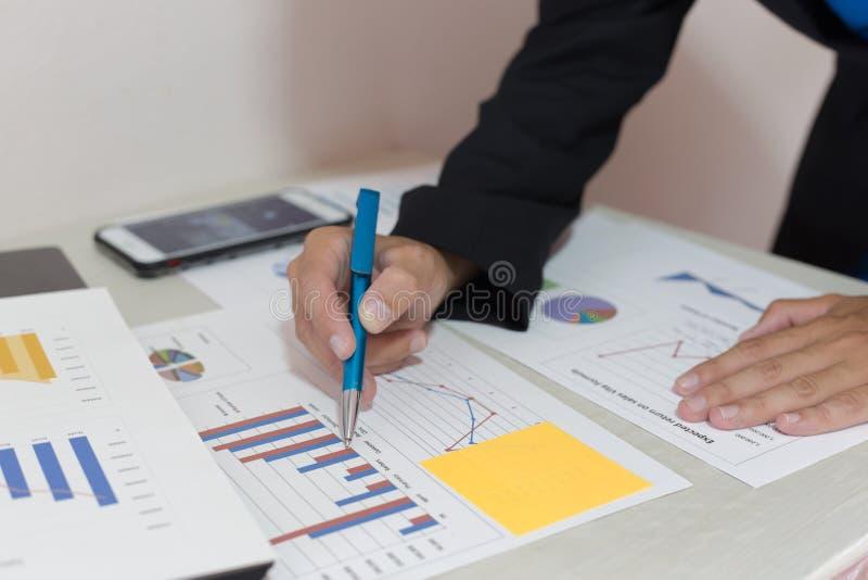 Beide accountants hebben de financiën van het bedrijf gecontroleerd Het werk en de winst van het bedrijf hebben gecontroleerd te  stock afbeelding