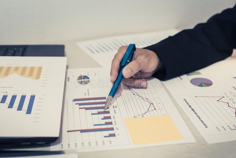 Beide Buchhalter haben die Finanzen der Firma überprüft Haben die Arbeit und den Gewinn der Firma überprüft, um für zu planen stockfotos