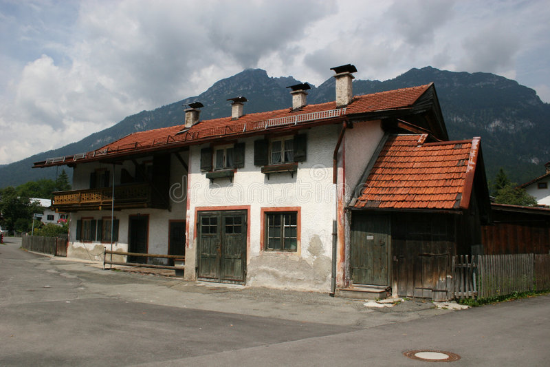 Beieren - typisch huis in garmisch-Partenkirchen stock foto's