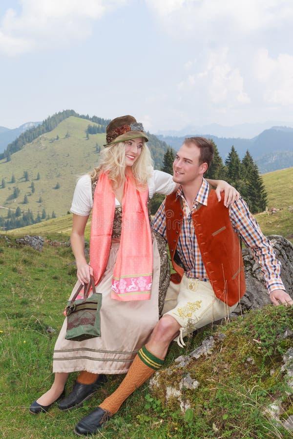 Beiers paar in liefde in traditionele kostuumkleding royalty-vrije stock afbeelding