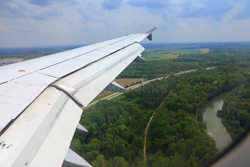 Beiers platteland van lucht met de Isar rivier stock foto's