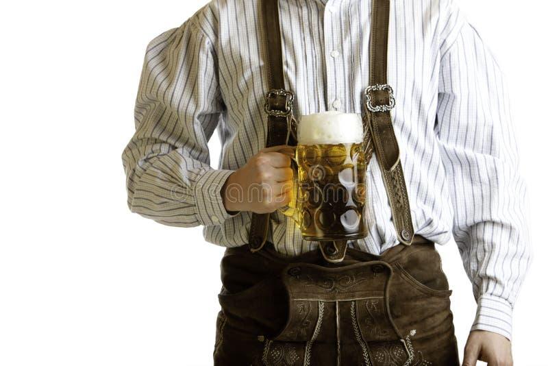 Beierse het bierstenen bierkroes van de mensengreep in Oktoberfest royalty-vrije stock foto's