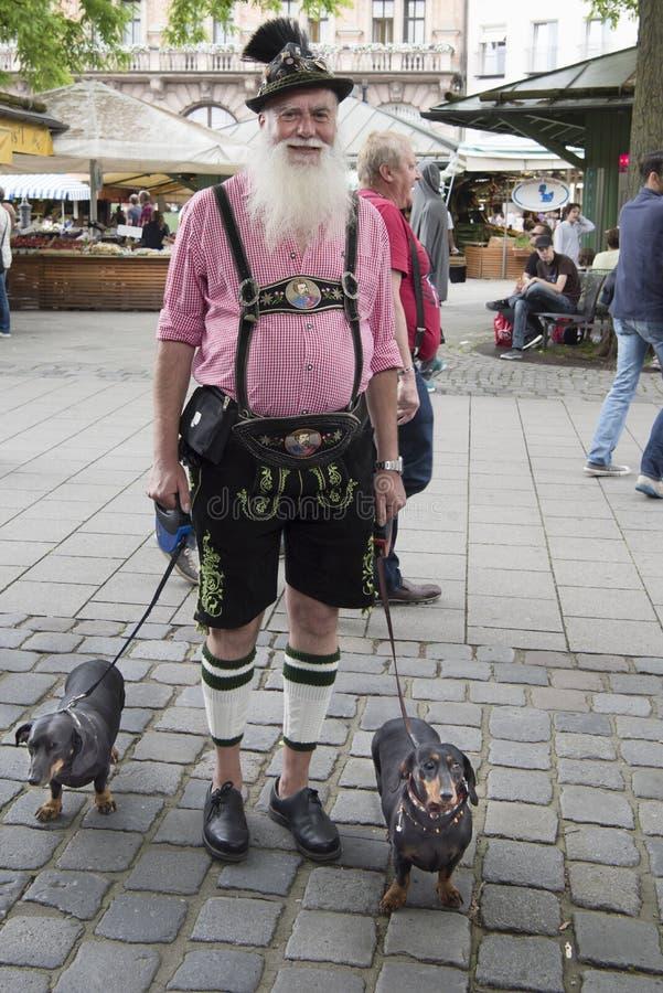 Beierse Mens met twee tekkels stock fotografie