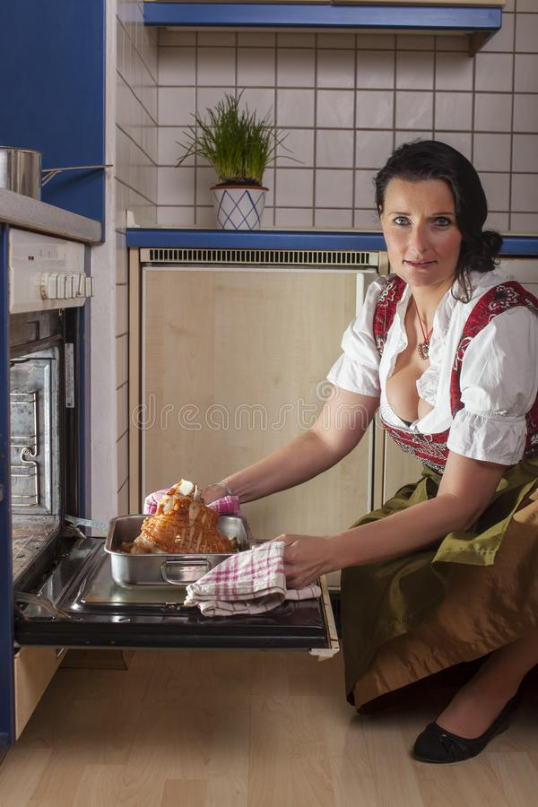 Beierse vrouw in een dirndl royalty-vrije stock afbeelding