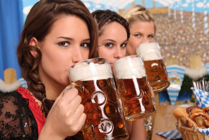 Beierse vrouwen met bier stock afbeeldingen