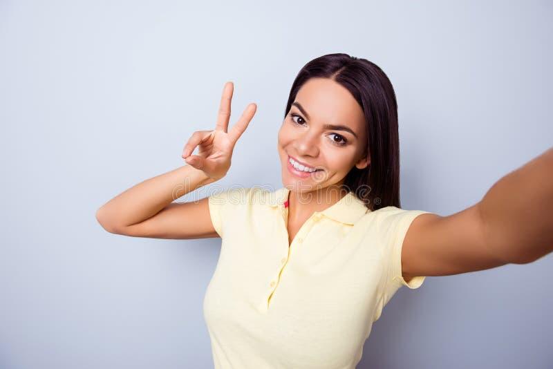 Beifall! Frieden zu allen! Selfie-Manie! Attraktives junges hispanisches La stockfotografie