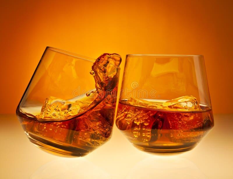 Beifall! mit Whiskygläsern stockfoto