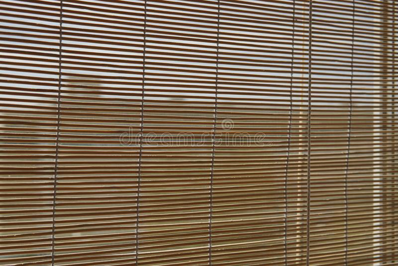 Beige blinder japanischer Bambusvorhang auf dem Fenster stockfoto