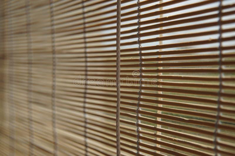 Beige blinder japanischer Bambusvorhang auf dem Fenster stockfotografie