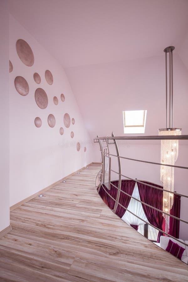 Beige Bodenplatten in der Halle lizenzfreie stockbilder