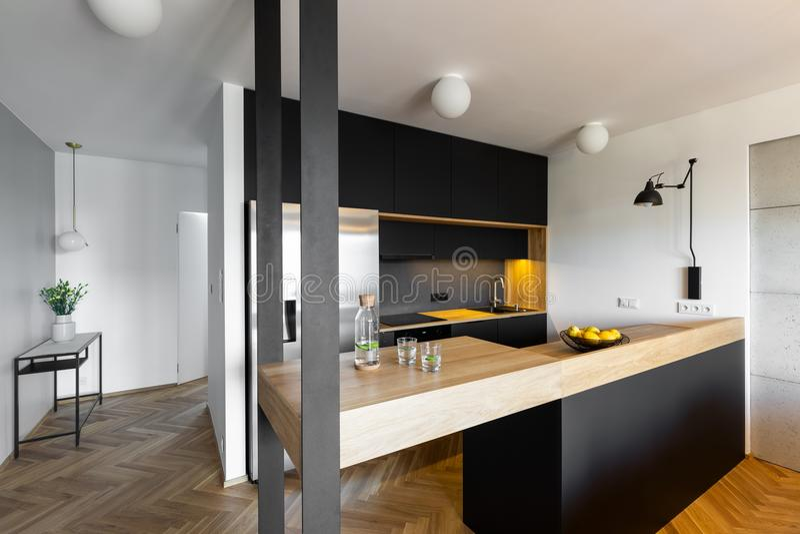 Beige countertop i svartvit kökinre av huswi royaltyfria foton