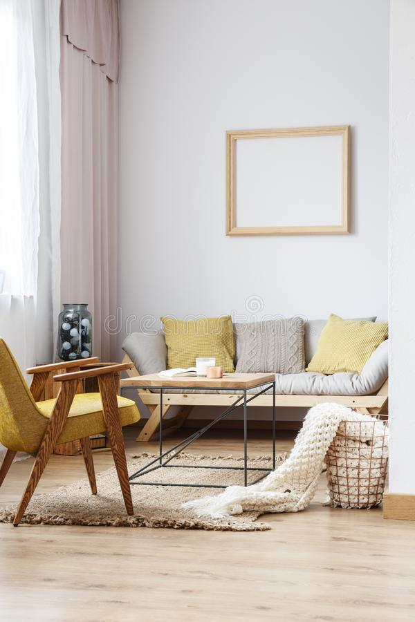 Beige en gele woonkamer stock foto. Afbeelding bestaande uit bruin ...