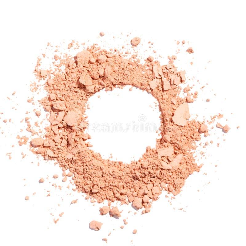 Beige Farbe des kosmetischen Pulvers zerquetschte lokalisiert auf Weiß lizenzfreie stockfotos
