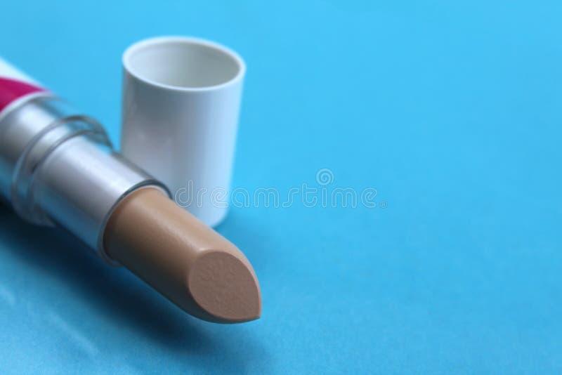 Beige Farbe des Maskeradelippenstift-Lichtes für das Anwenden des Makes-up stockfotografie