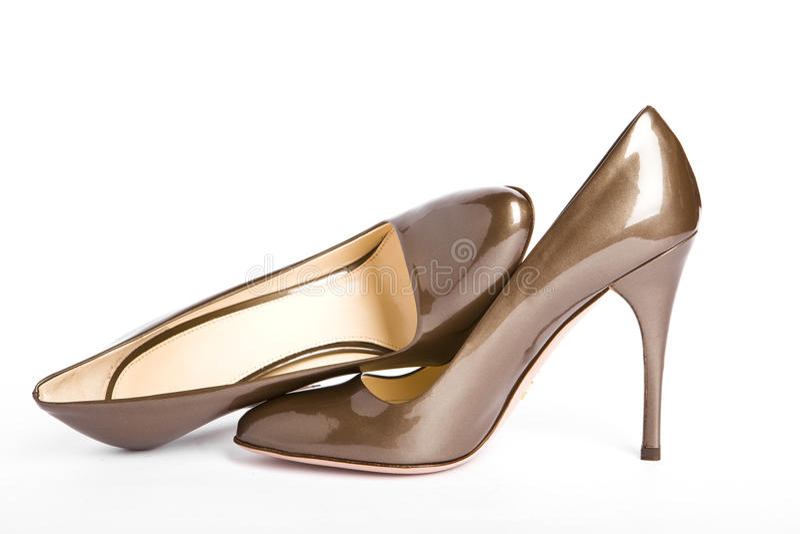 Beige-goldene weibliche neue lackierte Schuhe lizenzfreie stockfotos