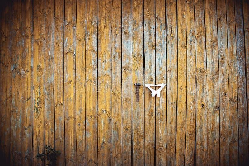 Beige Huwelijksschoenen en hamer bij de gele houten muur met gebarsten verf stock fotografie