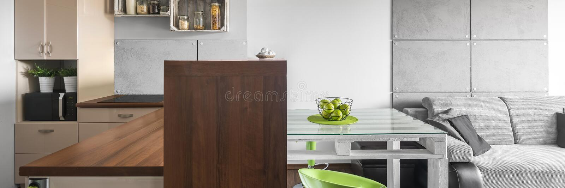 Beige kök och grå färgvardagsrum fotografering för bildbyråer