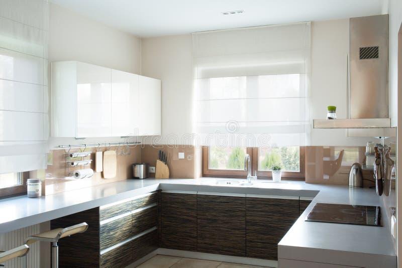 Beige keuken binnenlands ontwerp royalty-vrije stock foto