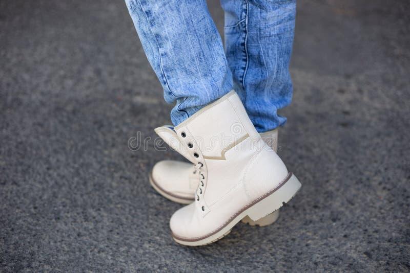 Beige laarzen op voeten royalty-vrije stock foto's